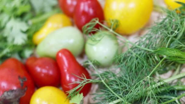 Zavřít pohled na čerstvá rajčata a kopr na kuchyňském stole