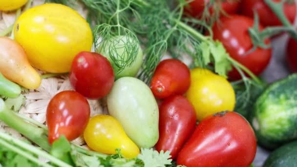 Közelkép a friss paradicsom és fűszernövények a konyhaasztalon