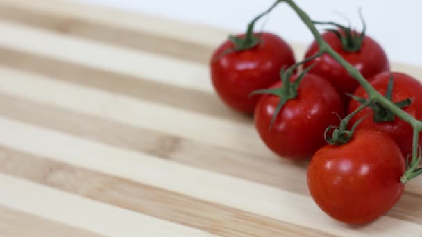 Nahaufnahme von frischen Tomaten auf dem Küchentisch