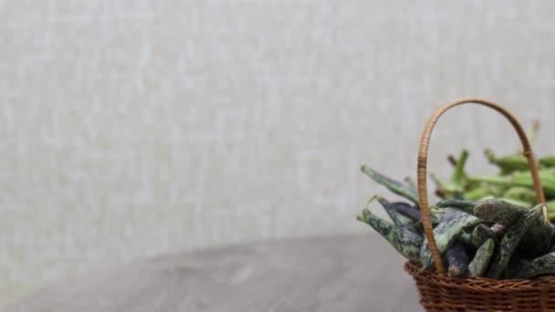 zblízka pohled na zelené fazole na kuchyňském stole