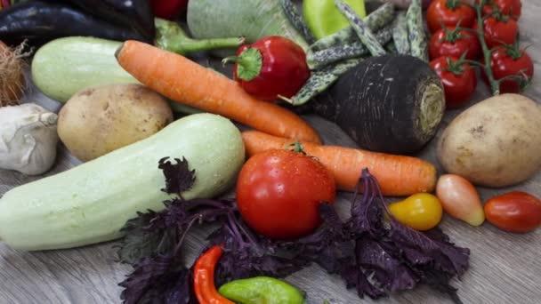 zblízka pohled na čerstvou zeleninu na kuchyňském stole