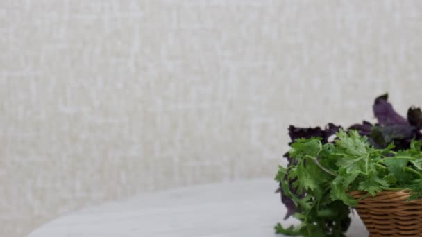 Zavřít pohled na čerstvé bylinky na kuchyňském stole