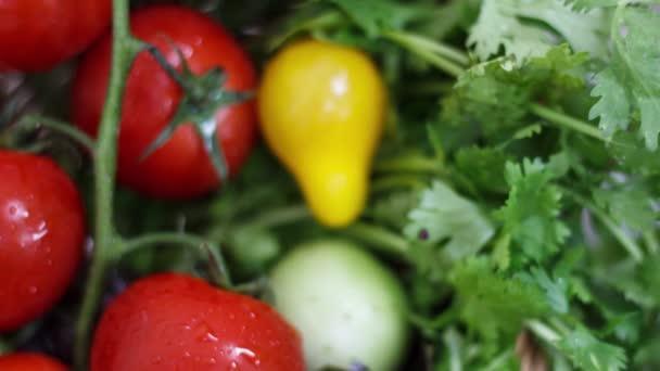 Zblízka pohled na zralá rajčata na kuchyňském stole