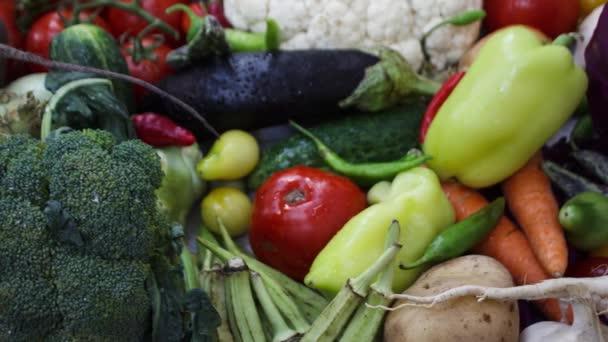 közeli kilátás a friss zöldségekre a konyhaasztalon