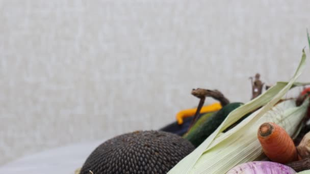 Zblízka pohled na zralou zeleninu na kuchyňském stole