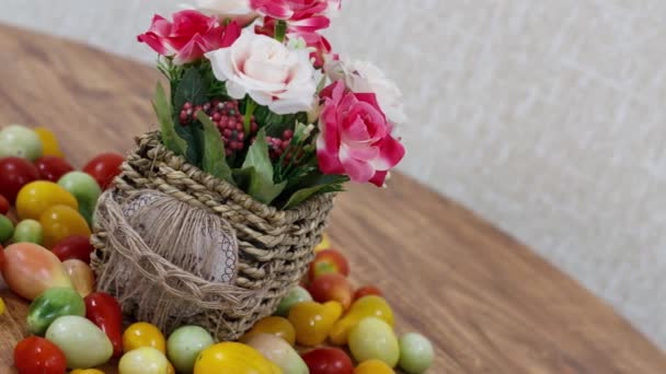 Zblízka pohled na zralá rajčata na dřevěném stole