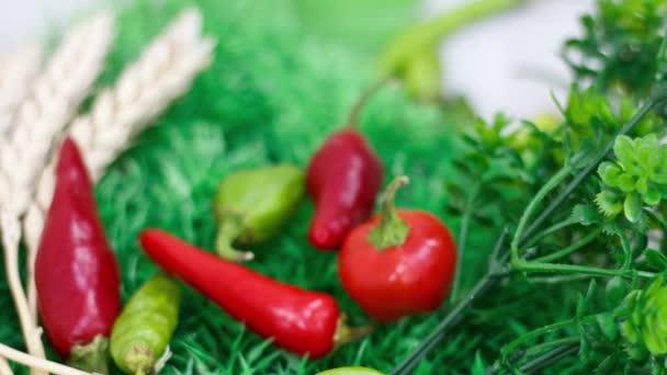 Közelkép a chilipaprikáról a konyhaasztalon