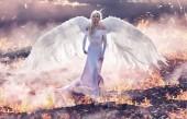 Konceptuální portrét anděl kráčející na plameny pekla