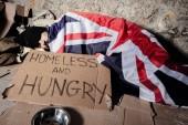 Mann schläft auf Straße unter britischer Flagge