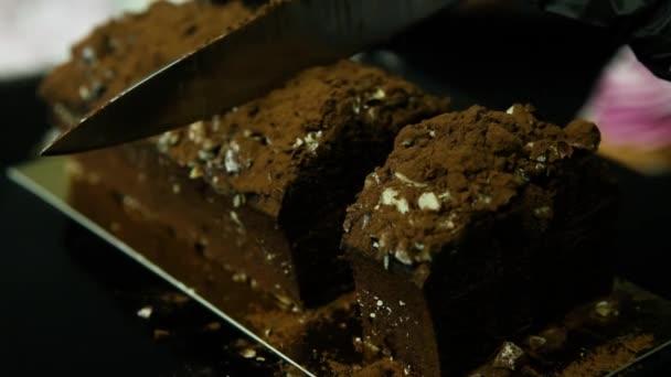 cukrář ruce velké chutné čokoládový dezert zdobený drcené arašídy a čokoládový prášek na kousky