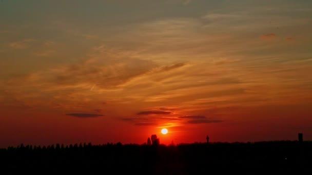 malé červené slunce k zemi proti Rudá obloha v městské krajině