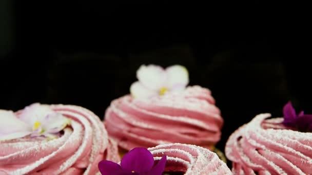 panorama maker dolů na malou skupinu růžový ibišek cookies s fialovými a bílými květy