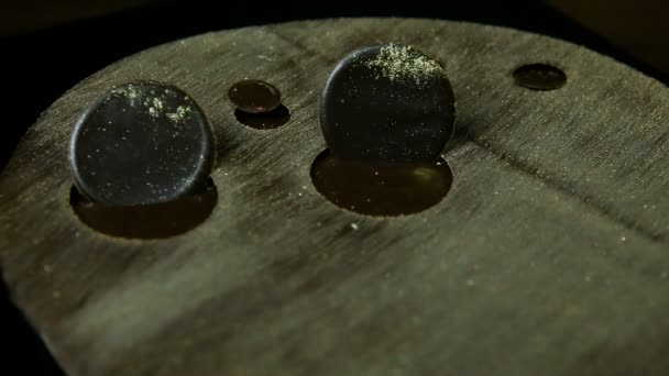 Fokus in runden Schokokreisen Dekoration auf modernen Kaffeekuchen mit Karamell und Goldpuder verziert