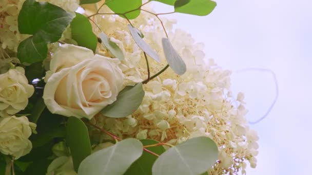 közelkép panoráma esküvői dekoráció készült fehér virágok és rózsák