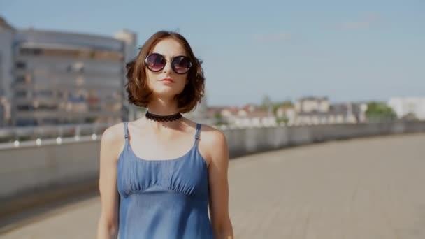 Mladá žena chodící do města s průmyslovým pozadím