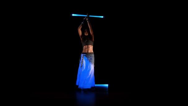 junge Zigeunerin tanzt Neon-Show im UV-Licht