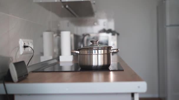 Konyhai videó. Forró edények a tűzhelyen. Fehér gőz forró vízből. Főzési folyamat.