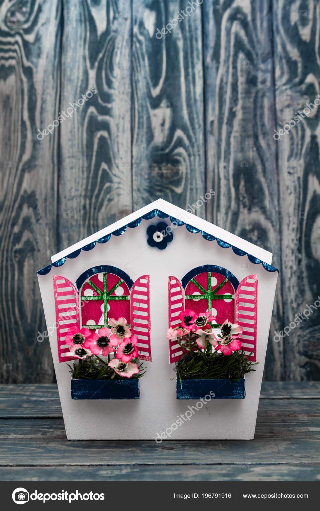 décoratif coloré métal fait main boîte aux lettres sur fond
