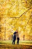 Fotografie couple rejoices in autumn fall
