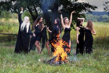 ateşin yanında dans cadı