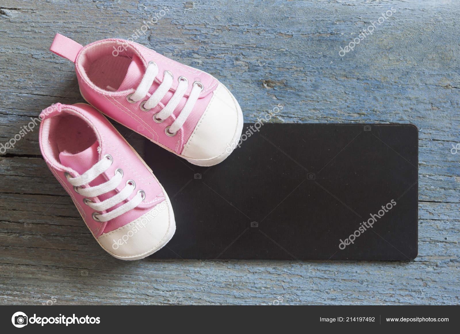 Vue Dessus Mignon Petit Bébé Chaussures Tableau Noir Sur