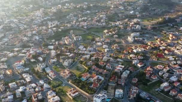 Limassol elővárosi szomszédságában modern lakó lakóházak. Ciprus