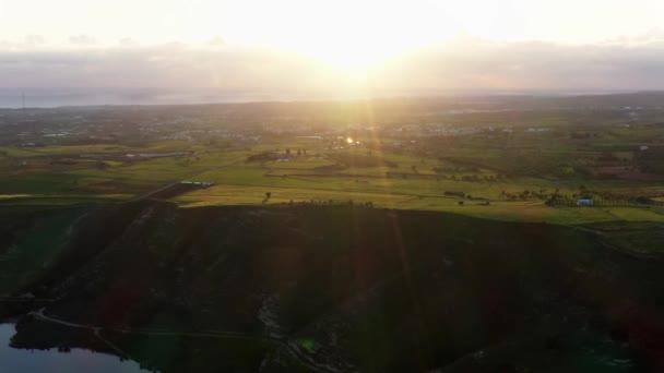 Západ slunce v krajině. Zobrazení vysokého úhlu