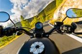 Fotografie Motorrad-Fahrer Reiten in alpinen Autobahn Lenker Ansicht, Österreich, Europa.