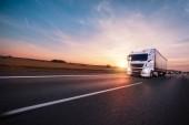 LKW mit Container auf Straße, Cargo-Transport-Konzept