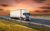 Camion con il contenitore su autostrada, concetto di trasporto cargo, effetto di rasatura.