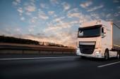 Fotografia Camion con il contenitore sulla strada, concetto di trasporto cargo