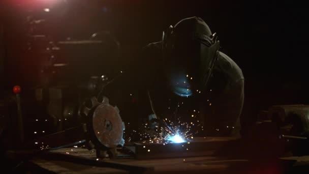 Svářečka je svařování kovovou část v průmyslové dílny.