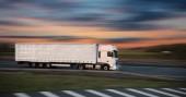 Camion con il contenitore sulla strada, concetto di trasporto cargo