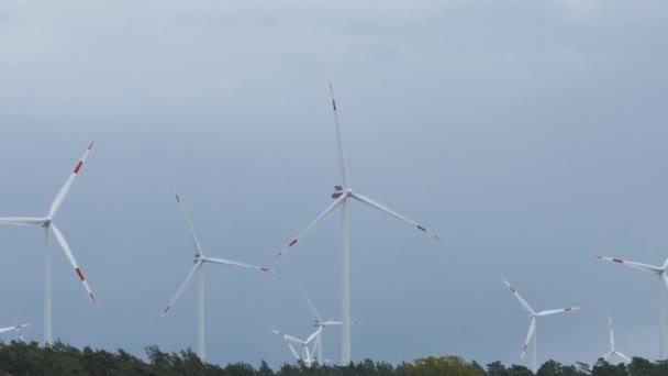 Větrná turbína-udržitelná, koncepce obnovitelné energie.