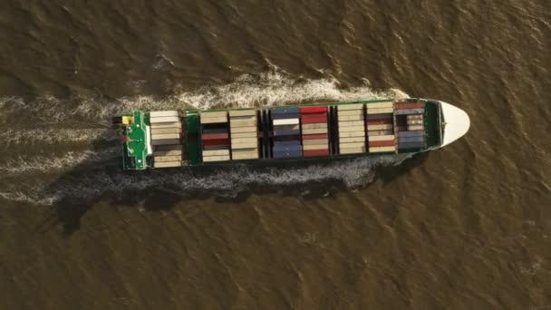 Konténer hajó export és import. Rakományok nemzetközi szállítása.