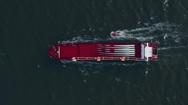 Kontejnerová loď při vývozu a dovozu. Mezinárodní lodní zásilky.