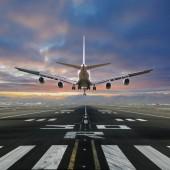 Fotografie letadlo přistávající na letišti.