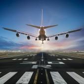 a repülőtéren leszálló repülőgép.