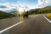 Motorkář na horské dálnici, Nockalmstrasse, Rakousko, Evropa.
