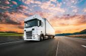 Teherautó-konténer, közúti teherszállító közlekedési koncepció.