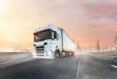 Nákladní automobil s kontejnerem na zimní silnici, koncept nákladní dopravy.