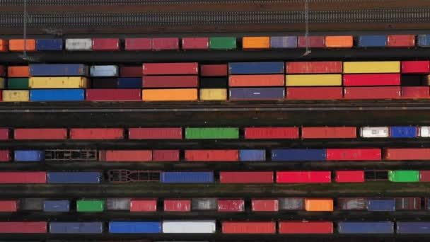 Repülő vasúti állomás felett teher vonatokkal és teherszállító konténerrel.