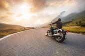 Řidič motocyklu v průsmyku Dolomite, Itálie, Evropa.