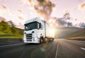 Náklaďák s kontejnerem na silnici, nákladní doprava koncept.