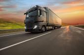 Nákladní automobil s kontejnerem na silnici, koncepce nákladní dopravy.