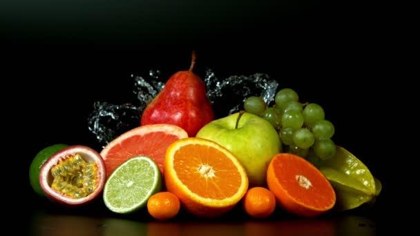 Super Slow Motion Shot friss gyümölcs fröccsenő vízzel