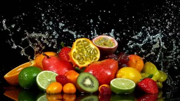 Super-Zeitlupe Schuss frischer Früchte mit Spritzwasser