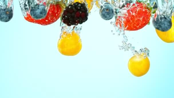 Super pomalý pohyb záběr čerstvého ovoce s stříkající vodou