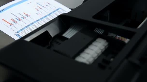 Geschäftsbericht und Investitionstabellen auf Bürodrucker gedruckt