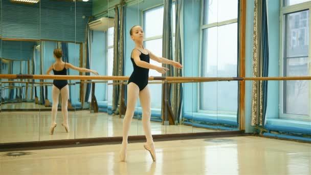 hübsche junge Ballerina im Spitzentanz an klassischer Ballettschule